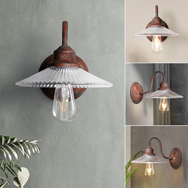 Chiếc đèn trang trí được làm từ kim loại sắt và thủy tinh