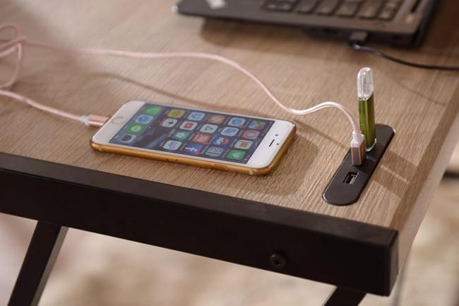 Bàn học khung sắt mặt gỗ có tích hợp cổng USB