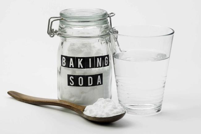 Dùng baking soda với nước cũng là cách khử mùi bình giữ nhiệt mới