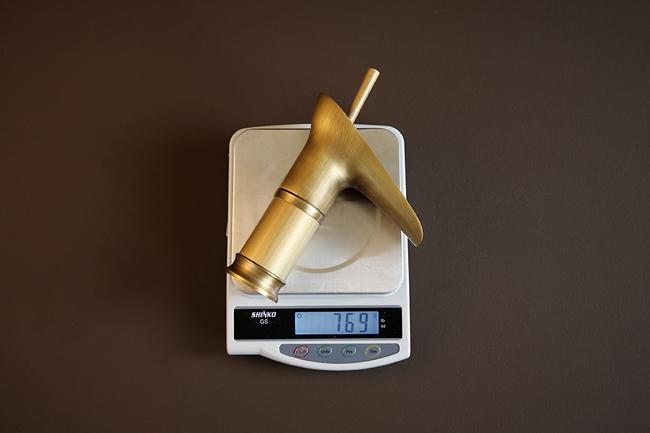 Vòi lavabo nóng lạnh có trọng lượng khoảng 750g