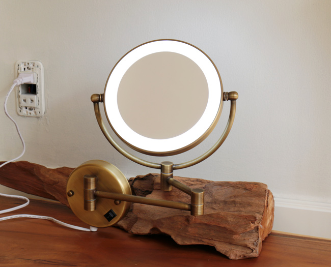 Gương treo toilet có thể xếp gọn sát vào tường, tiết kiệm diện tích không gian phòng
