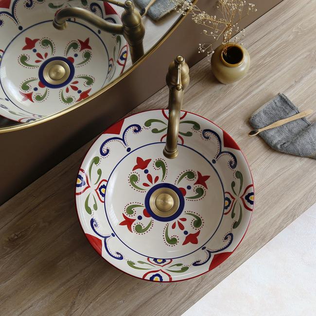 Chậu rửa mặt bằng sứ sở hữu nét đẹp mỹ thuật độc đáo, phong cách Moorish ấn tượng