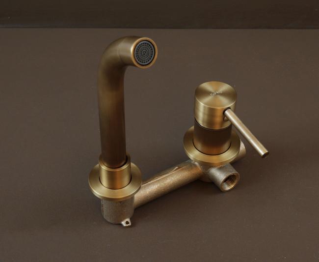 Chiếc vòi lavabo nóng lạnh gắn âm tường bằng đồng thau, có tông màu vàng đồng giả cổ