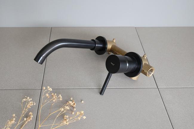 Vòi rửa tay nóng lạnh âm tường sở hữu kiểu dáng đơn giản, tinh tế