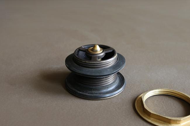 Nút nhấn xả giúp tích trữ nước hoặc xả nước trong bồn tắm nằm