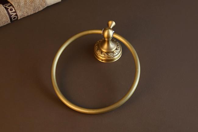 Vòng treo khăn phòng tắm có hoa văn mang nét đặc trưng của thức cột Corinthian