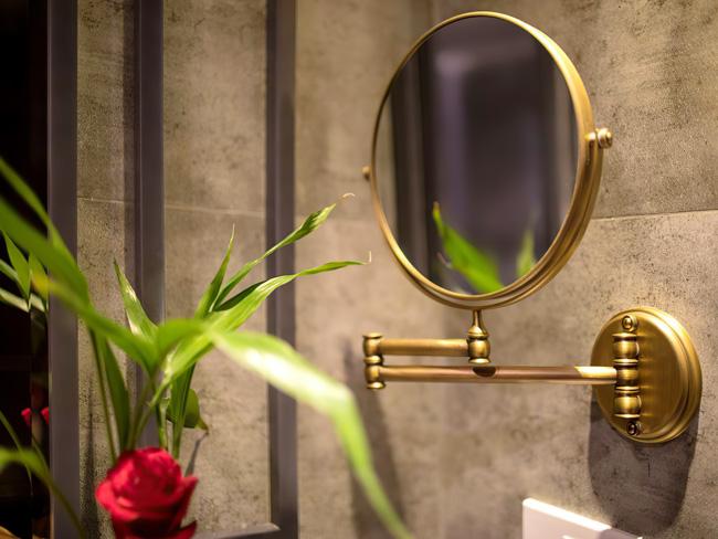 Gương treo tường phòng tắm xếp gọn, xoay lật 360° và có mặt gương phóng to 3 lần