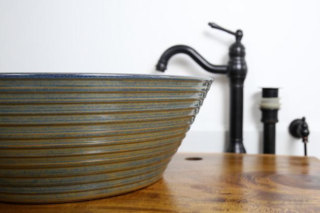 Bồn sứ rửa mặt phù hợp cho không gian arts & craft, rustic