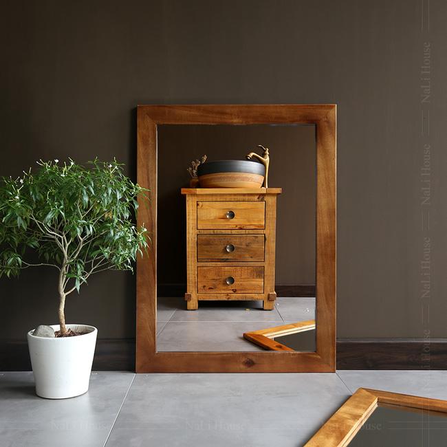 Gương treo tường khung gỗ mang phong cách mộc mạc, vẻ đẹp hoài cổ