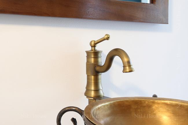 Vòi rửa tay nóng lạnh mang phong cách cổ điển