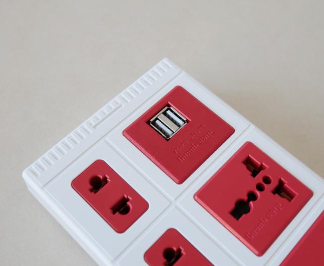 Ổ cắm điện đa năng có cổng USB giúp sạc điện thoại, máy tính bảng tiện lợi