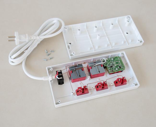 Ổ cắm Điện Quang có vỏ ngoài bằng nhựa ABS cách điện hiệu quả, an toàn