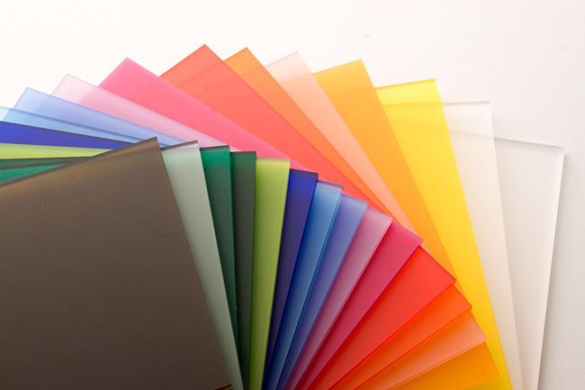 Acrylic thường được sản xuất thành dạng tấm