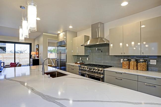 Ngoài làm mặt bàn acrylic, còn có thể ứng dụng làm tủ bếp sang trọng