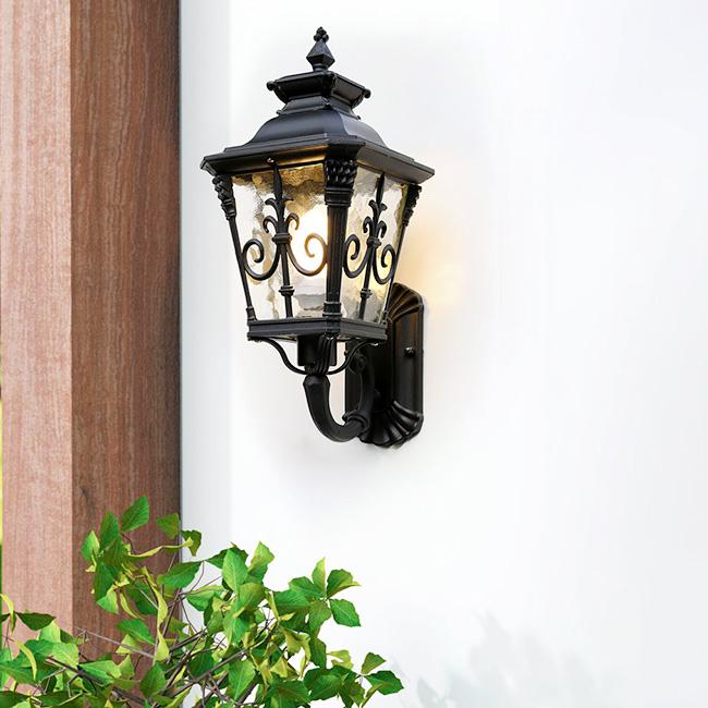 Mẫu đèn ốp tường ngoài trời tạo điểm nhấn nổi bật cho không gian ngoại thất