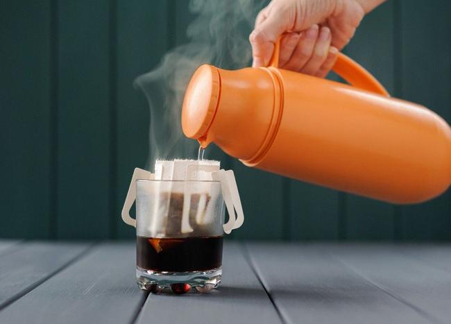 Bình thủy giữ nhiệt giúp pha nước cho người già nhanh chóng, tiện lợi