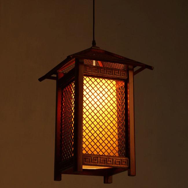 Sử dụng đèn lồng gỗ mang đến sự mộc mạc