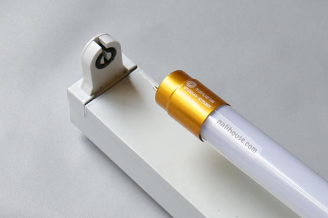 Thay bóng đèn LED vào máng huỳnh quang