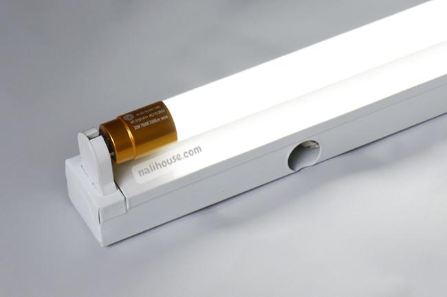 Lắp bóng đèn tuýp LED vào và bật chiếu sáng