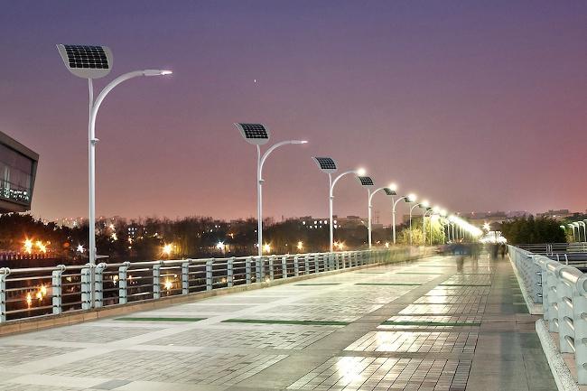 Đèn trang trí tường ngoài trời có tấm pin năng lượng mặt trời